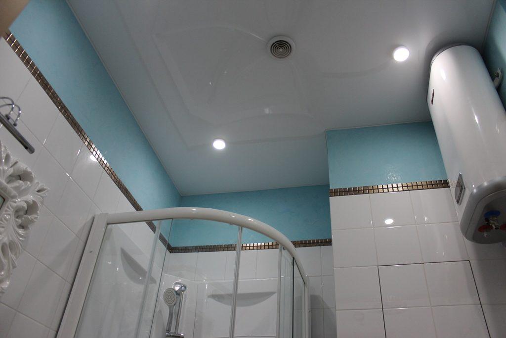 натяжной потолок в ванной белый глянец