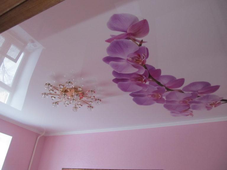 цветная фото печать на глянцевом потолке