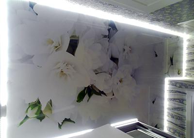 натяжной потолок с цветами