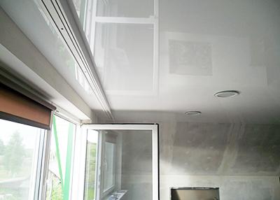 Глянцевый натяжной потолок + карниз