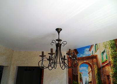 Матовый натяжной потолок с Люстрой