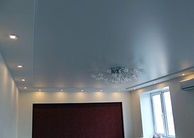 Сатиновы натяжной потолок в спальне