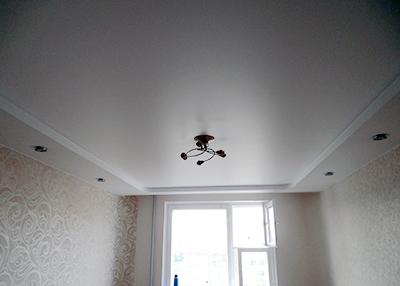 Сатиновы натяжной потолок в комнате