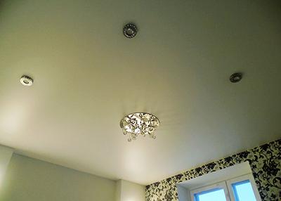 Сатиновый натяжной потолок + светильники