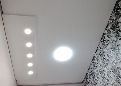 многоуровневы натяжной потолок с прямыми углами